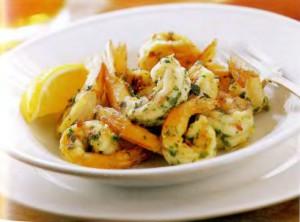 Салат с креветками и курагой