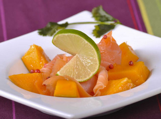 Кусочки лосося с манго