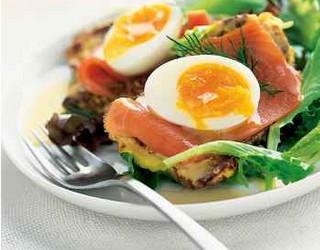 Тосты с вареным яйцом и лососем