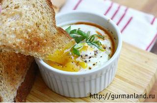 Запеченные яйца с овощами