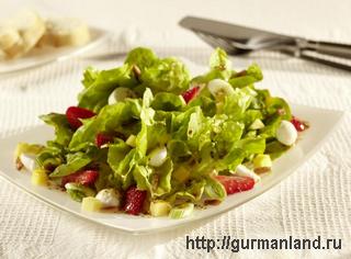 Зеленый салат с клубникой
