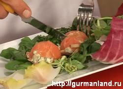 Зеленый салат с шариками из лосося