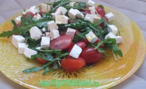 salat-s-brynzoj-i-rukkoloj