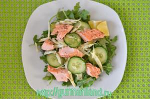 xolodnyj-salat-s-rukkoloj-i-lososem