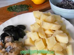kartofelnyj-salat-s-kopchenoj-skumbriej-1