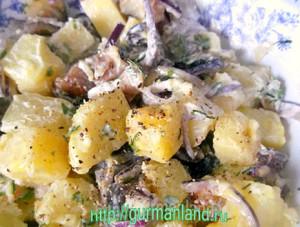 kartofelnyj-salat-s-kopchenoj-skumbriej-3
