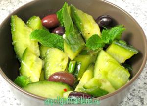 salat-iz-ogurcov-s-lukom-i-maslinami