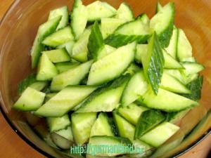 salat-iz-ogurcov-s-lukom-i-maslinami-4