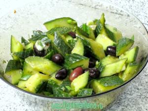 salat-iz-ogurcov-s-lukom-i-maslinami-7